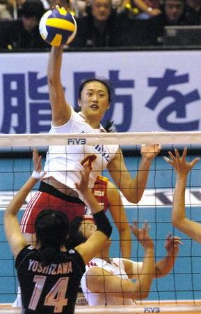 图文-女排大奖赛总决赛中国胜日本刘亚男跃起重扣