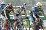 图文-环湖自行车赛第2赛段比赛途中埋头前进