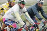 图文-环青海湖自行车赛第6赛段众多选手小心前进