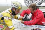 图文-环青海湖自行车赛第6赛段选手路上享受治疗