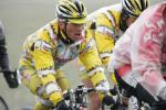 图文-环青海湖自行车赛第6赛段选手喘着粗气前行