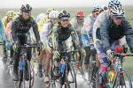 图文-环青海湖自行车赛第6赛段选手呈密集阵形前进