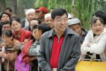 图文-环青海湖自行车赛第6赛段青海副省长在群众中