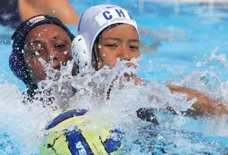 图文-女子水球中国2比18美国莫凤敏拼抢寸土不让