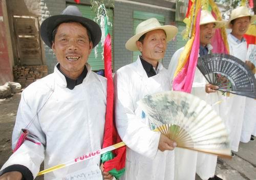 图文-环青海湖赛第7赛段群众为车手加油