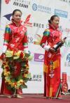 图文-环湖自行车赛第7赛段靓丽颁奖模特不逊环法