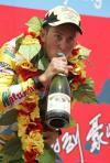 图文-环湖自行车赛第7赛段马里斯痛饮胜利香槟