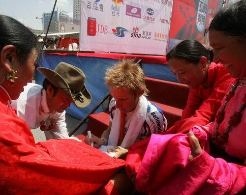图文-2005环湖自行车赛落幕车手为藏族同胞签名