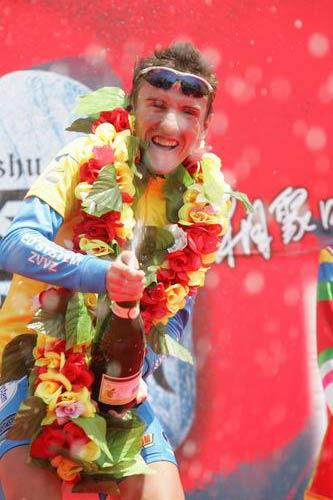 图文-2005环湖自行车赛落幕马里斯喷洒香槟