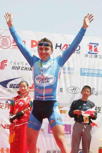 图文-2005环湖自行车赛落幕比赛结束后的幸福