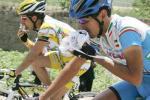 图文-2005环湖自行车赛落幕车手及时补充能量