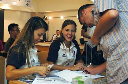 图文-第23届大运会即将举行志愿者为记者办理证件
