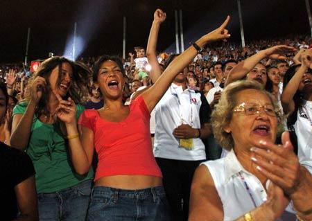 图文-23届世界大运会胜利开幕观众在看台上狂呼