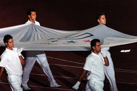 图文-23届世界大运会胜利开幕护旗手护送会旗入场