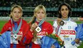 图文-田径世锦赛女子1500米颁奖前三名合影