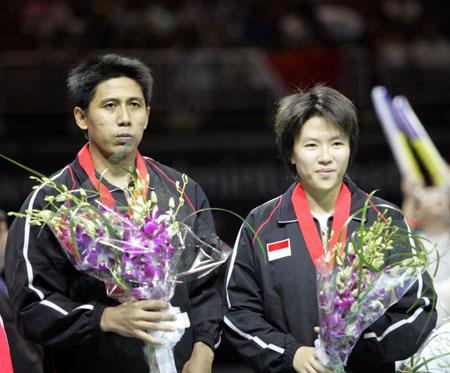 图文-羽球世锦赛维迪安托/纳西尔混双夺冠领奖