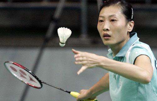 图文-中国选手稳获大师赛女单冠军张宁准备发球