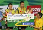 图文-大师赛张军高��混双夺冠领取奖牌与奖金