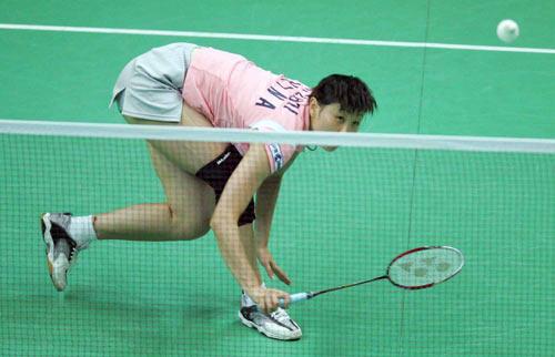 图文-大师赛女单决赛张宁取胜周蜜被迫俯身救球
