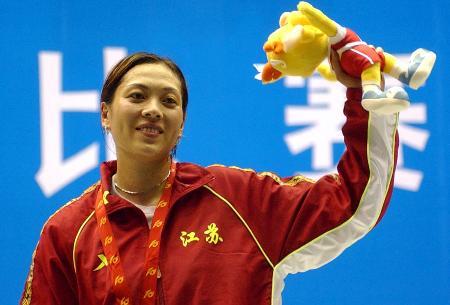 图文-江苏选手沈巍巍蝉联冠军领奖台上微笑对观众