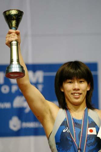 图文-摔跤世锦赛赛况吉田沙保里最终举起奖杯