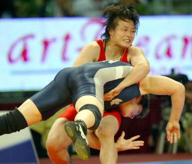 图文-摔跤世锦赛赛况孟丽丽奋力扳倒对手