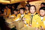 图文-北京奥运吉祥物开始发售小使者认真负责