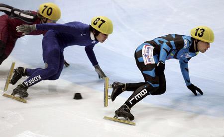 图文-短道速滑世界杯荷兰站安贤洙采用跟滑战术