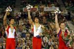 图文-体操世锦赛男子全能战况前三名向观众致意