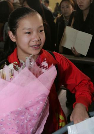 中国体操队载誉而归跳马冠军程菲在机场