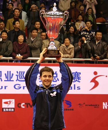 图文-乒联总决赛颁奖仪式波尔高举冠军奖杯