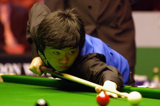 图文-斯诺克英国锦标赛决赛丁俊晖神情严肃