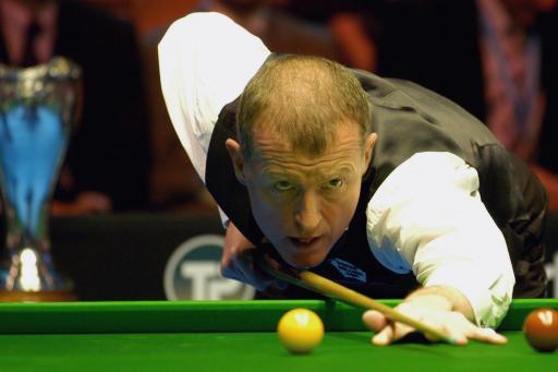 图文-斯诺克英国锦标赛决赛戴维斯准备击球