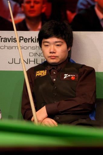 图文-斯诺克英国锦标赛决赛丁俊晖耐心等待