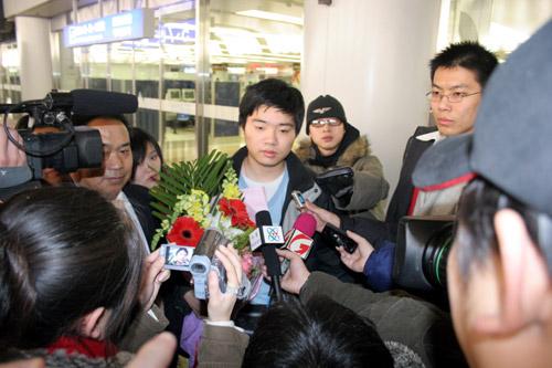 图文-神奇小子丁俊晖载誉归来记者长枪短炮齐上阵
