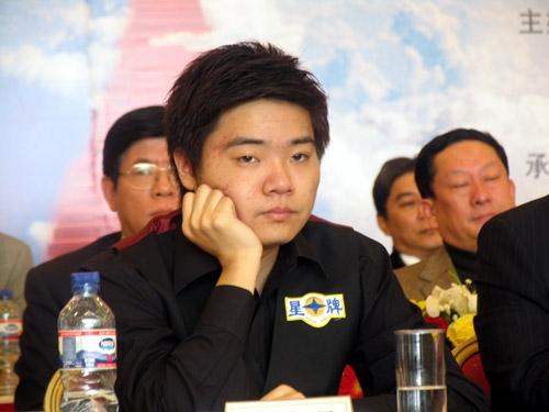 图文-丁俊晖北京庆功会现场小晖快睡着了