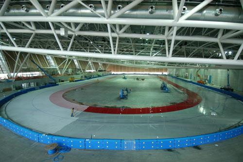 图文-都灵冬奥会速滑比赛场馆场内浇冰工作进行中