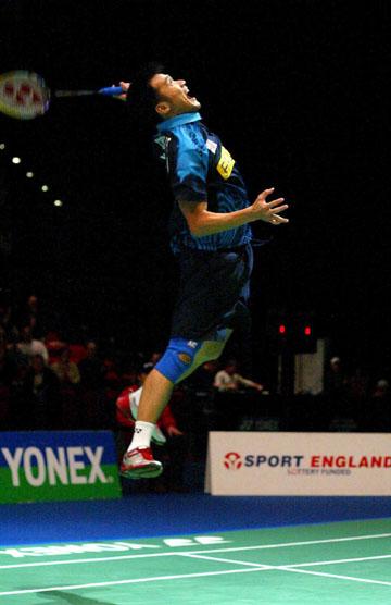 全英羽毛球公开赛钟腾福准备回球