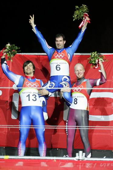 图文-冬奥颁奖图大全男子无舵雪橇佐格勒夺冠