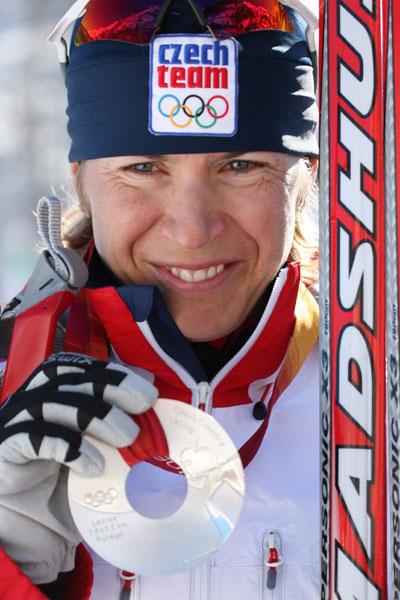 图文-越野滑雪女子15公里追逐赛纽曼诺娃展示银牌