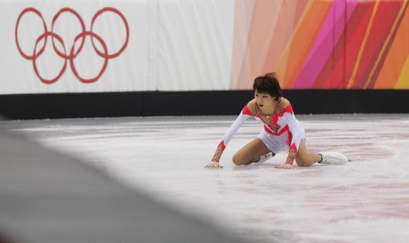 图文-张丹抛四周跳落地意外受伤冰面反衬坚强的心