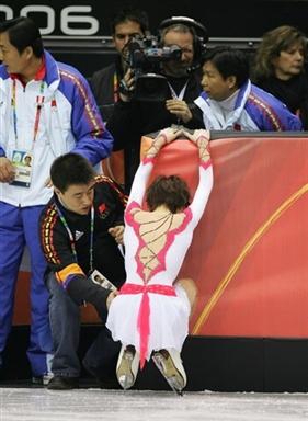 图文-张丹抛四周跳落地意外受伤张丹疼的跪了下来