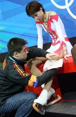 图文-张丹抛四周跳落地意外受伤队医为张丹处理伤势