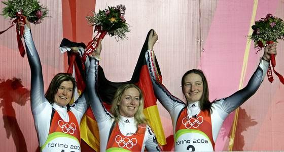 图文-冬奥会颁奖图大全女子无舵雪橇德国包揽前三