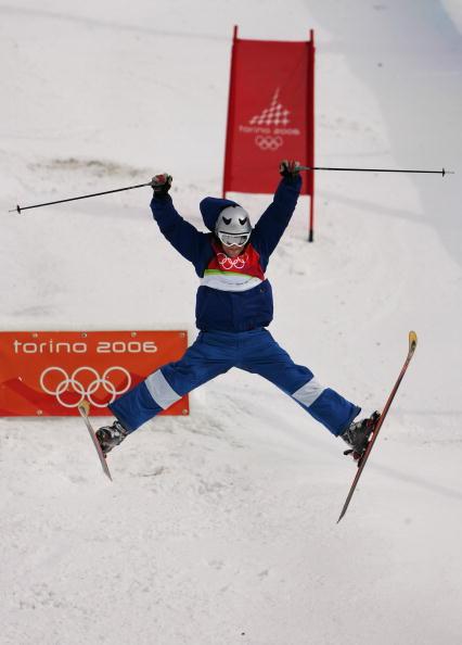 图文-自由式滑雪男子雪上技巧跳跃拥抱都灵