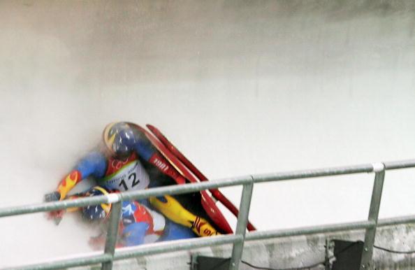 图文-冬奥会双人无舵雪橇美国队意外翻车