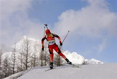 图文-冬季两项女子7.5公里竞速赛孙日波在比赛中