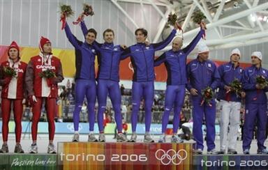 图文-冬奥会颁奖图大全男子团体追逐赛意大利称霸