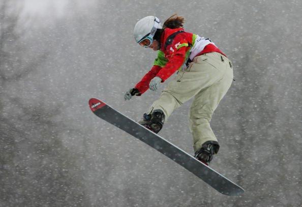 新浪体育讯 都灵冬奥会第七天,在女子单板滑雪越野赛的决赛中,各国选手都使出空中绝技一争高下。最终,瑞士选手弗里登夺得冠军,银牌和铜牌分别被美国的雅克贝利斯和加拿大的马尔伊斯获得。图为选手在比赛中。