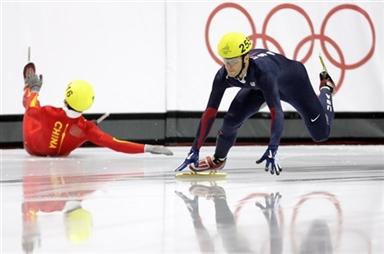 图文-短道速滑男子1000米复赛李野被史密斯推倒